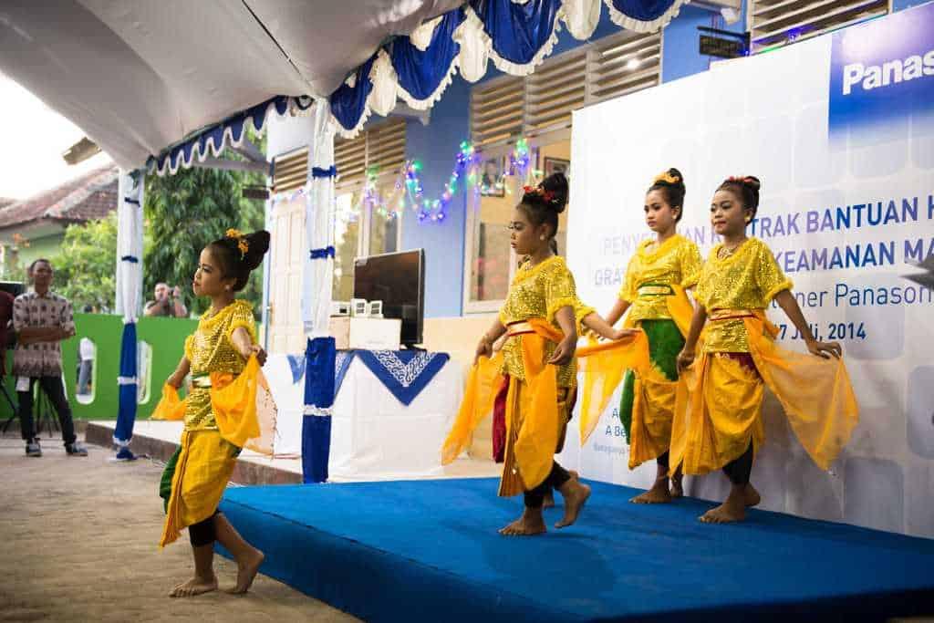 Traditionelle Tanzdarbietung der Schülerinnen.