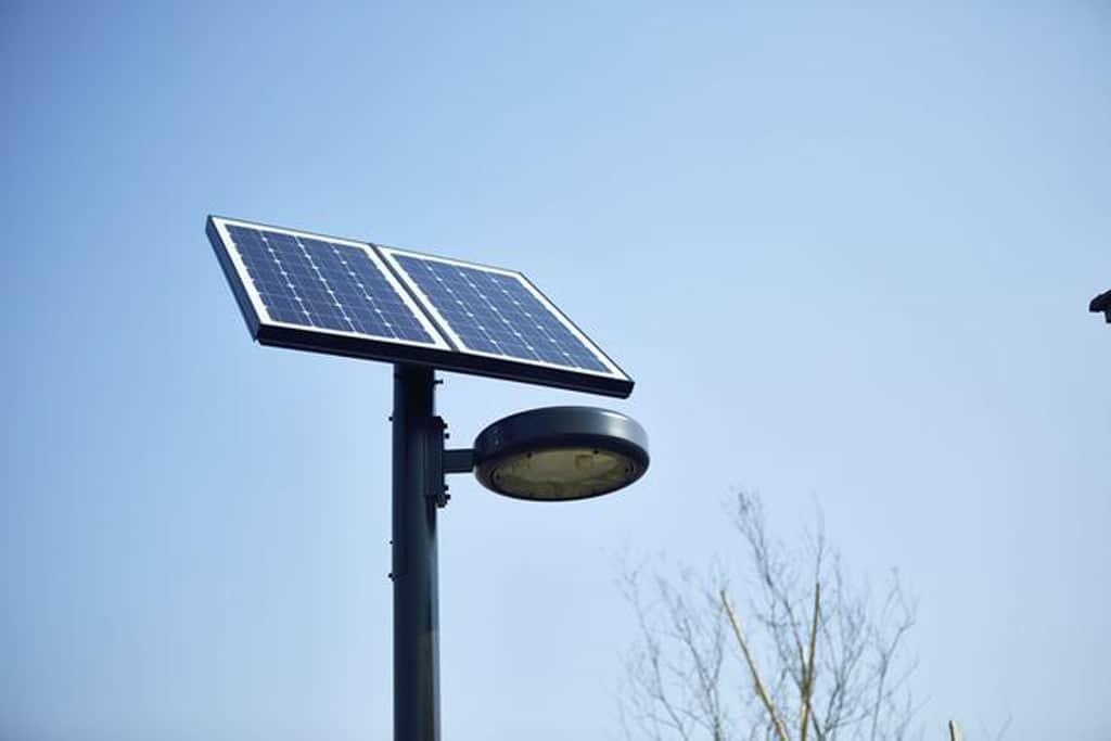 Intelligente Straßenlaterne mit Kameras und Sensoren zeigt freie Parkplätze an
