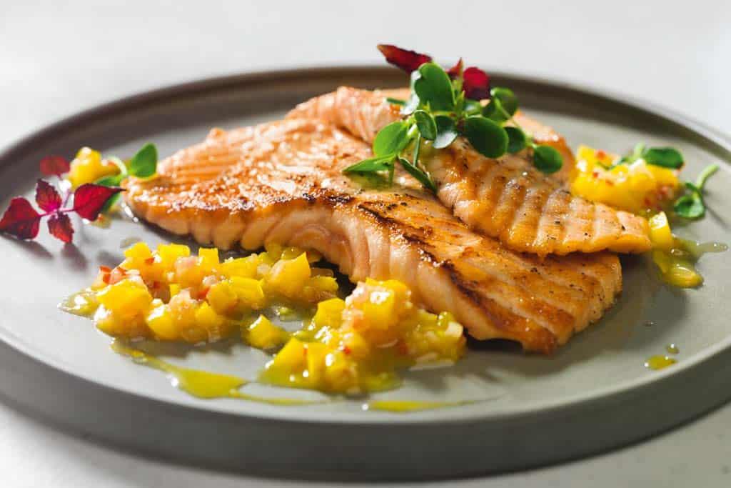 Schnelle Küche - Gebratener Lachs mit gelber Paprika-Salsa