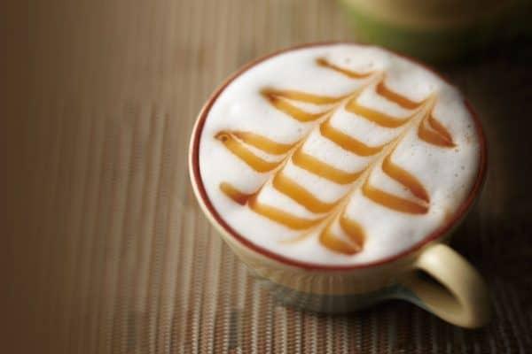 Selbstgemachten Caramel macchiato genießen.