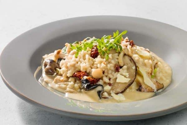 Leckeres Risotto mit Pilzen udn Brunnenkresse-Salat genießen.