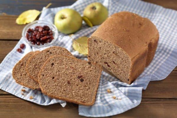 Fruchtiger Festtagsstart: Brot mit Apfel, Cranberrys und Weihnachtsgewürzen.