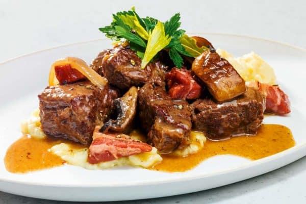 Herzhafter Schmortopf mit zartem Rindfleisch und Pilzen.