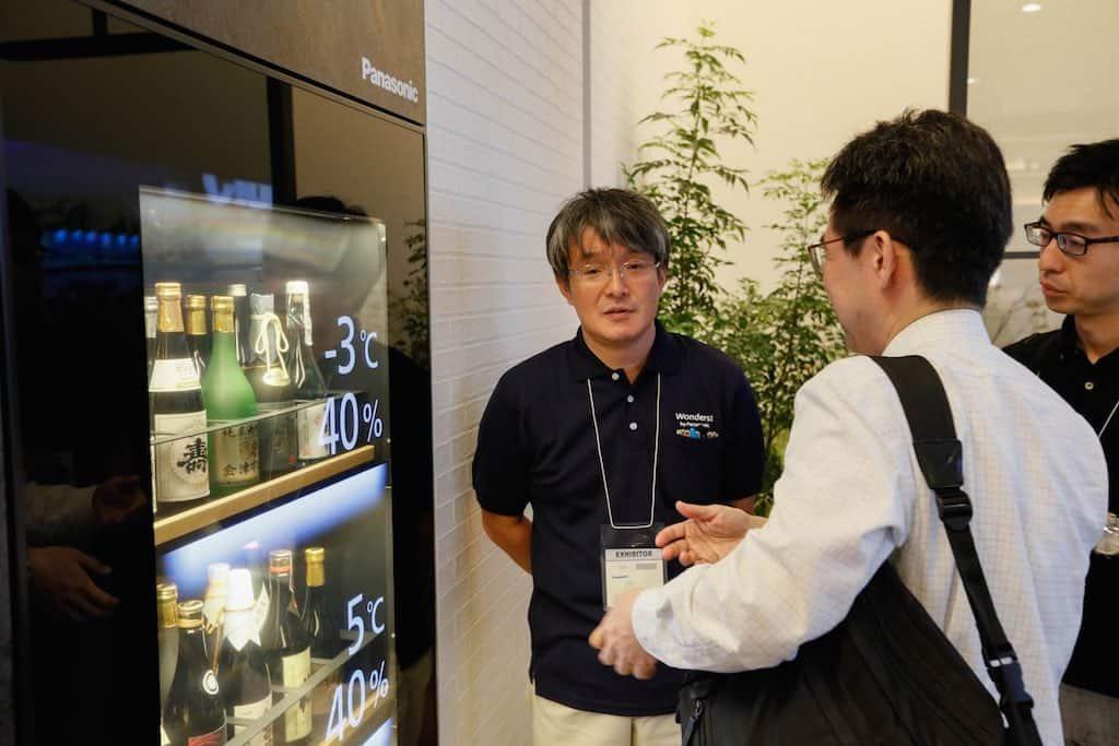 Smarter Wein-Kühlschrank mit transparentem Display.