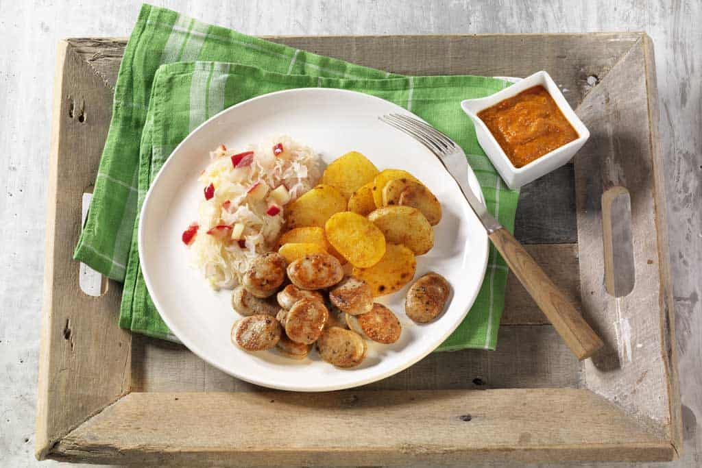 Bratwurst mit Sauerkraut und Kartoffeln