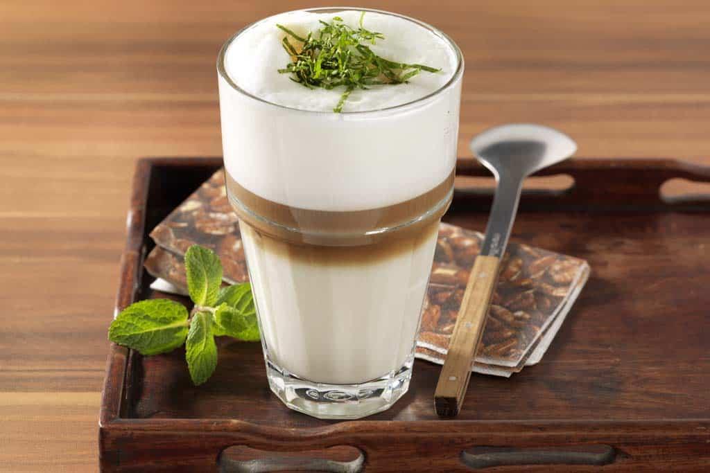 Latte macchiato mit Minze und Vanille.