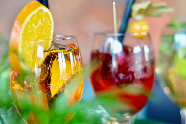 Cocktails im Garten genießen auf der perfekten Poolparty