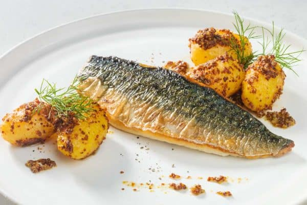 Köstlicher Klassiker: Makrelenfilet mit Dill-Senf-Kartoffeln