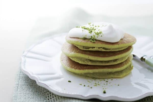 Einfaches Rezept für Pistazien-Pancakes - grün drin, grün drauf.
