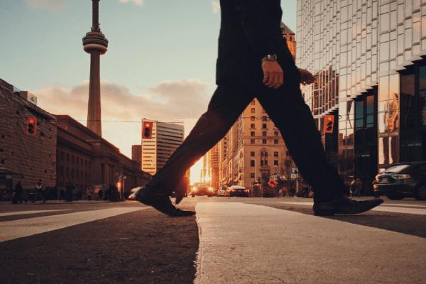 Zu Fuß zur Arbeit: Ein echtes Training gegen den Stress.