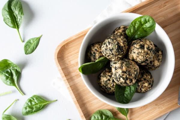 Tofu-Frikadelle mit Spinat