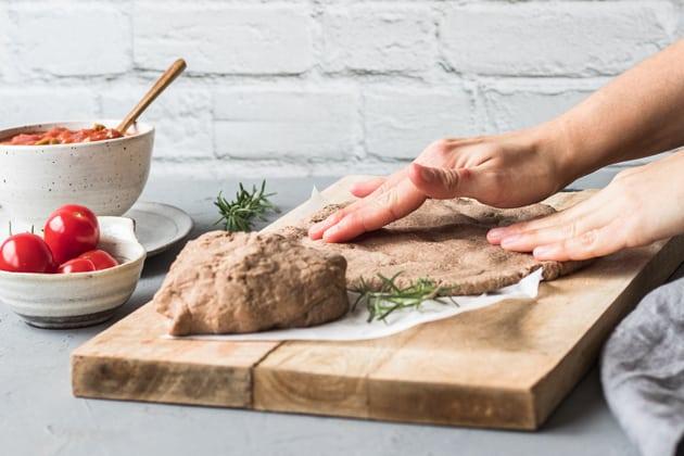 Pizzaboden von Hand formen
