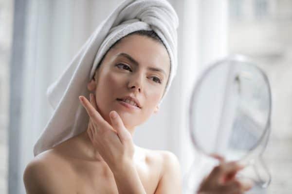 Gesichtscreme einklopfen