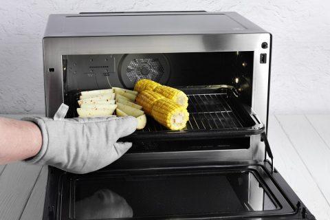 Perfekte Steakbeilagen: Kartoffelecken und Mais.