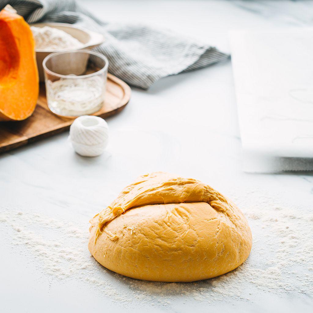 Im Croustina Brotbackautomaten wird der Teig für die kleinen Kürbisbrote vorbereitet..