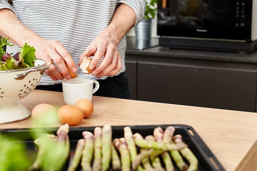 Eier einzeln aufschlagen und in jeweils eine Tasse gleiten lassen.