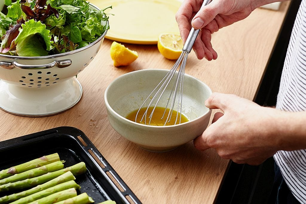 Salatdressing anrühren.