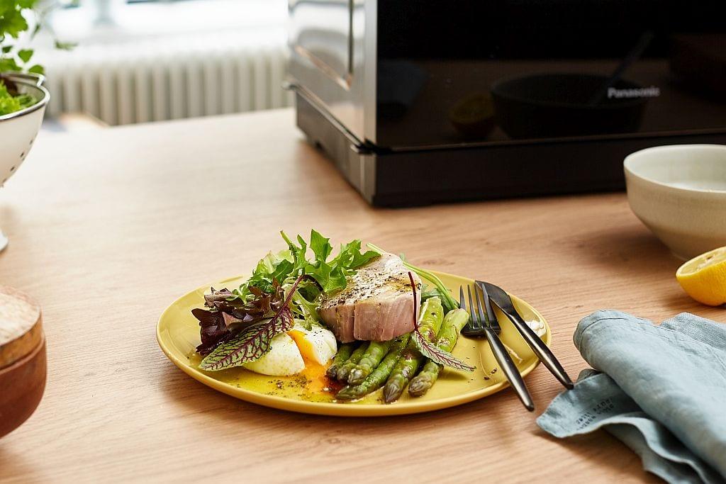 Sommerlicher Salat mit grünem Spargel, Thunfisch und pochiertem Ei.