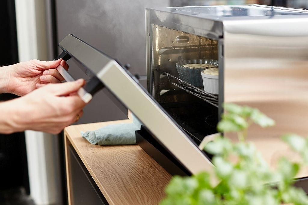 Vorsichtig den Dampfbackofen öffnen.