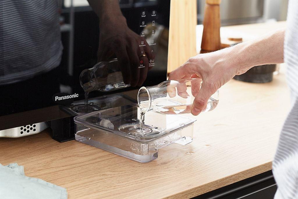 Rhabarberkompott zubereiten.