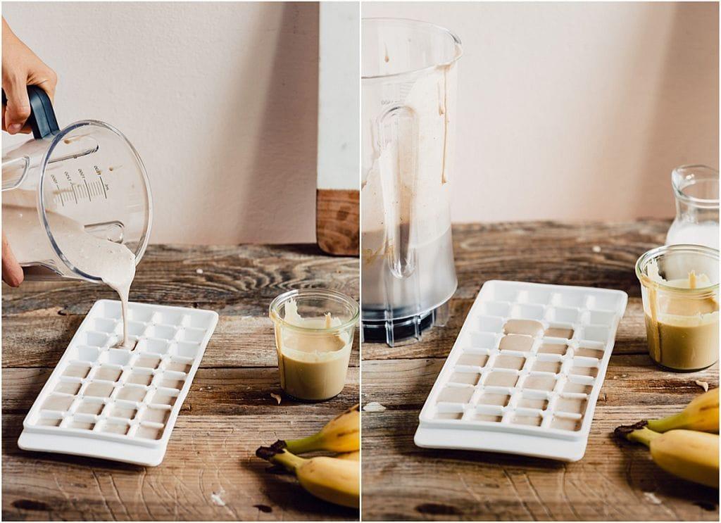 Bananen-Tahini-Creme in Eiswürfelbehälter füllen und einfrieren.