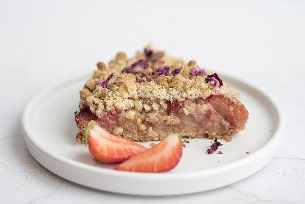 Streuselkuchen mit säuerlichem Rhabarber und süßen Erdbeeren.