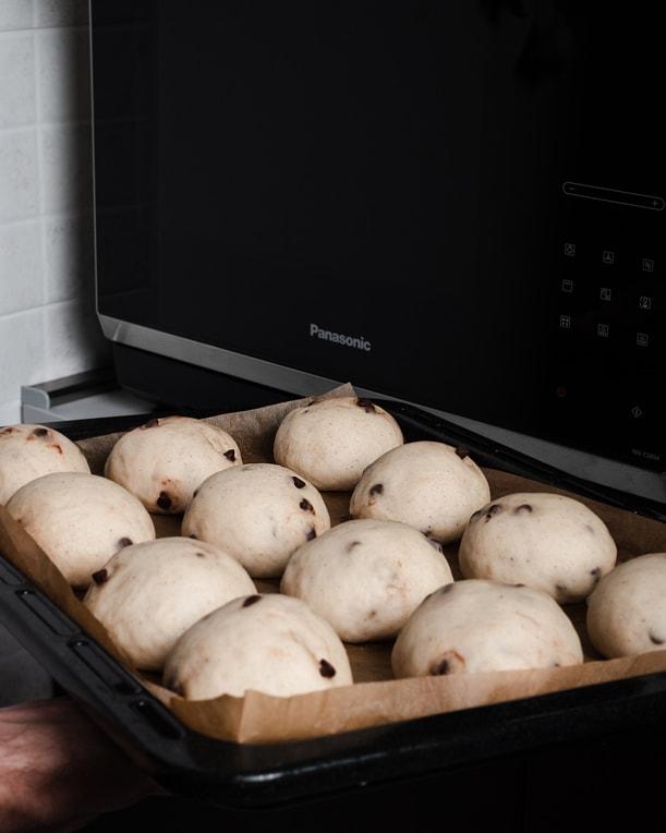 Bei 180 °C backen die Schokobrötchen höchstens 15 Minuten.