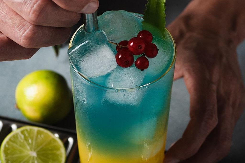 Sommercocktail mit Ananas-Mango-Saft.